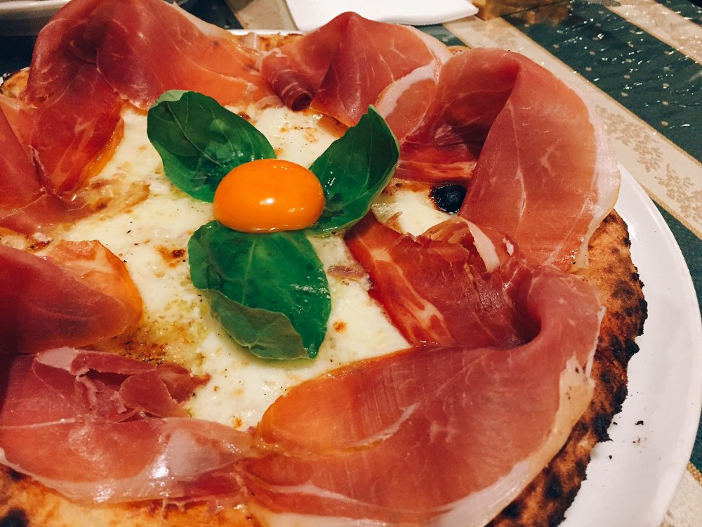 燻製生ハムを使ったピザ