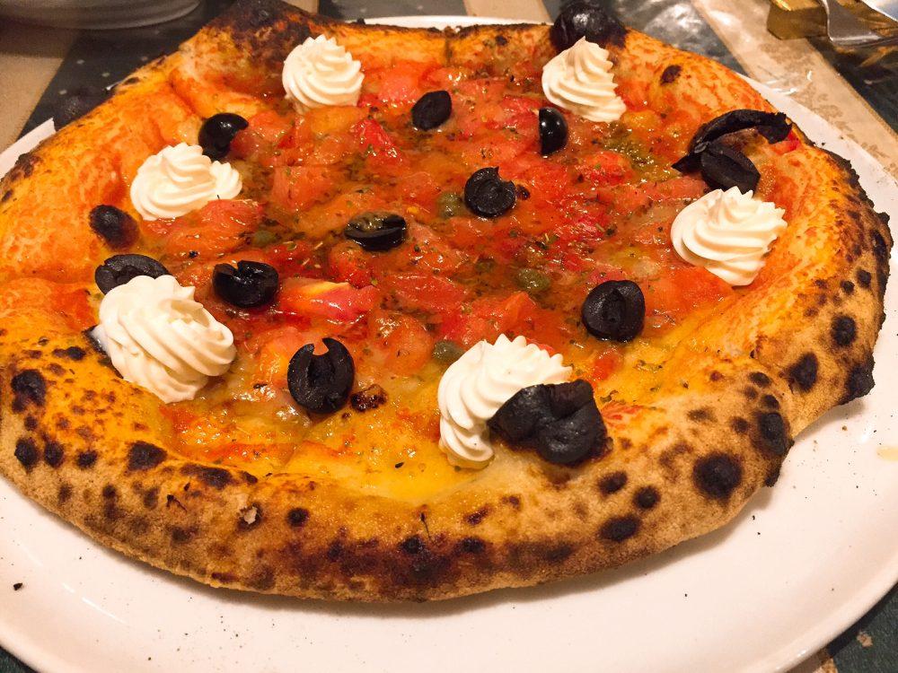 特製クリームチーズとかアンチョビとかオリーブとかのピザ