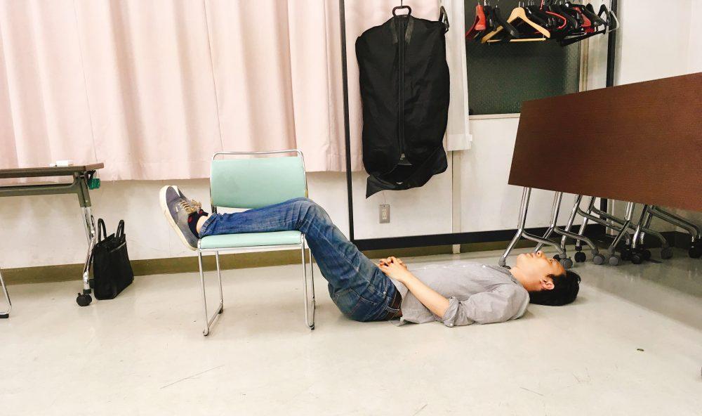 横たわる小濱さん
